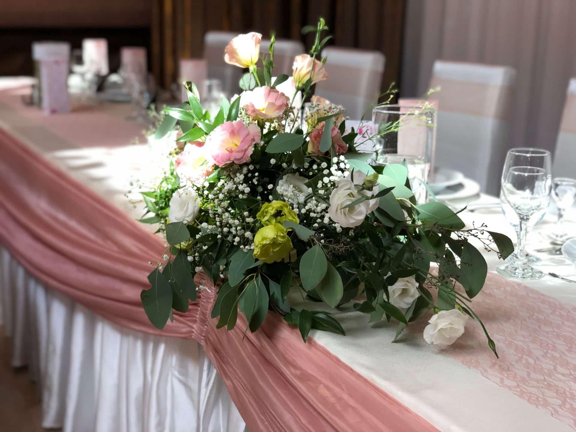 Főasztali virágdísz a gyulai Park Hotelben