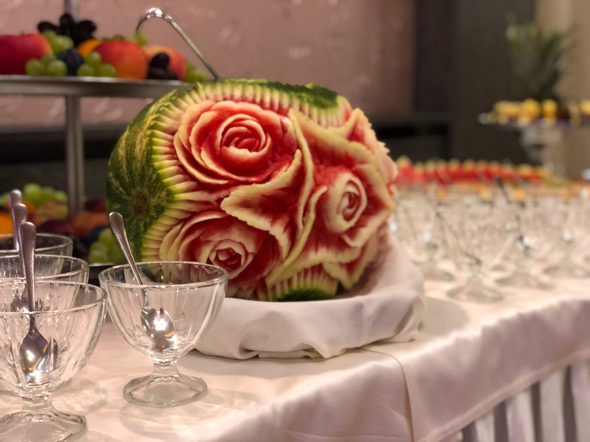 Rózsát faragtak a dinnyébe Gyulán, a Park Hotelben